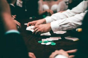 pokerspel vid bord